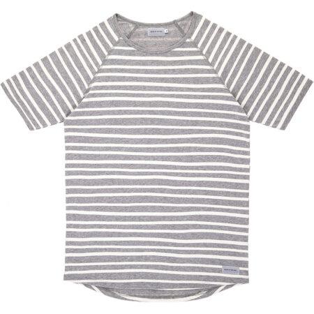 Tee shirt marin en coton biologique (label Global Organic Textile Standard) avec des rayures. Fabriqué au Portugal