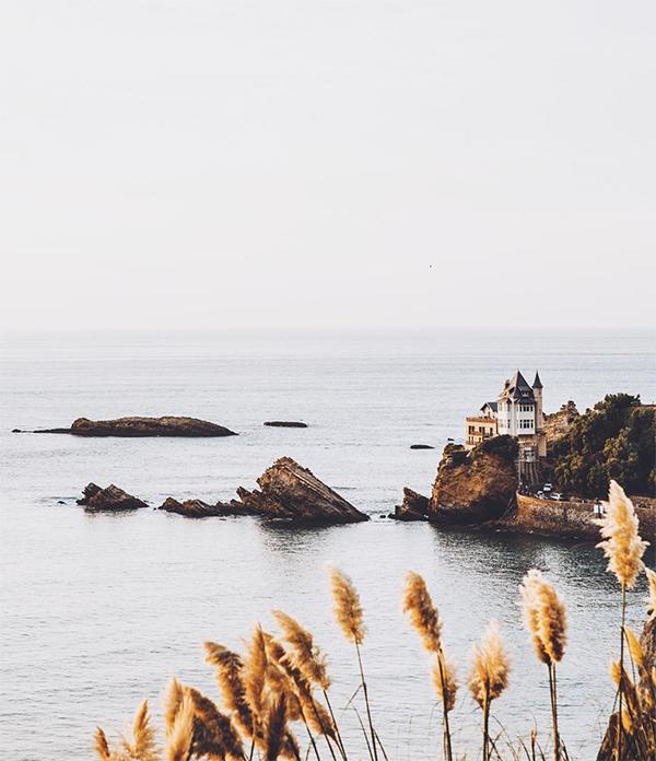 villa Belza et côte des basques à Biarritz. Photo : Jon Sanchez (@platoux)